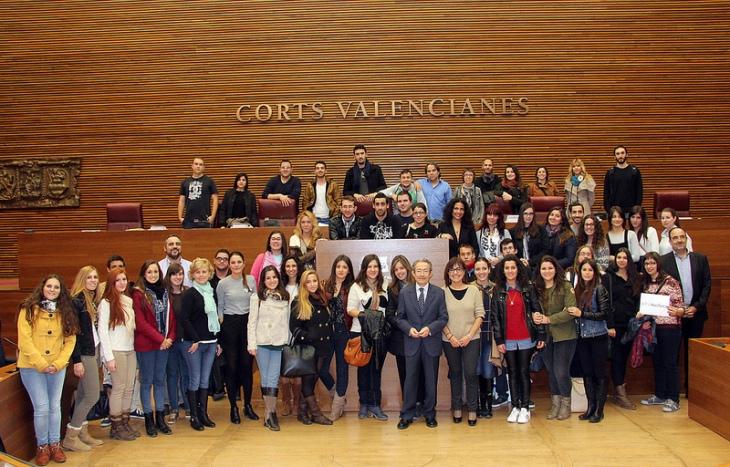 Alumnos de Periodismo UMH, con diputados alicantinos tras finalizar el Pleno. | LES CORTS