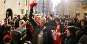 Protestas de trabajadores de RTVV en las puertas de Les Corts | EL PAIS