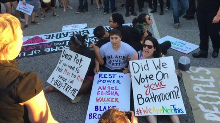 Manifestación contra la HB2 | Foto Democracy Now
