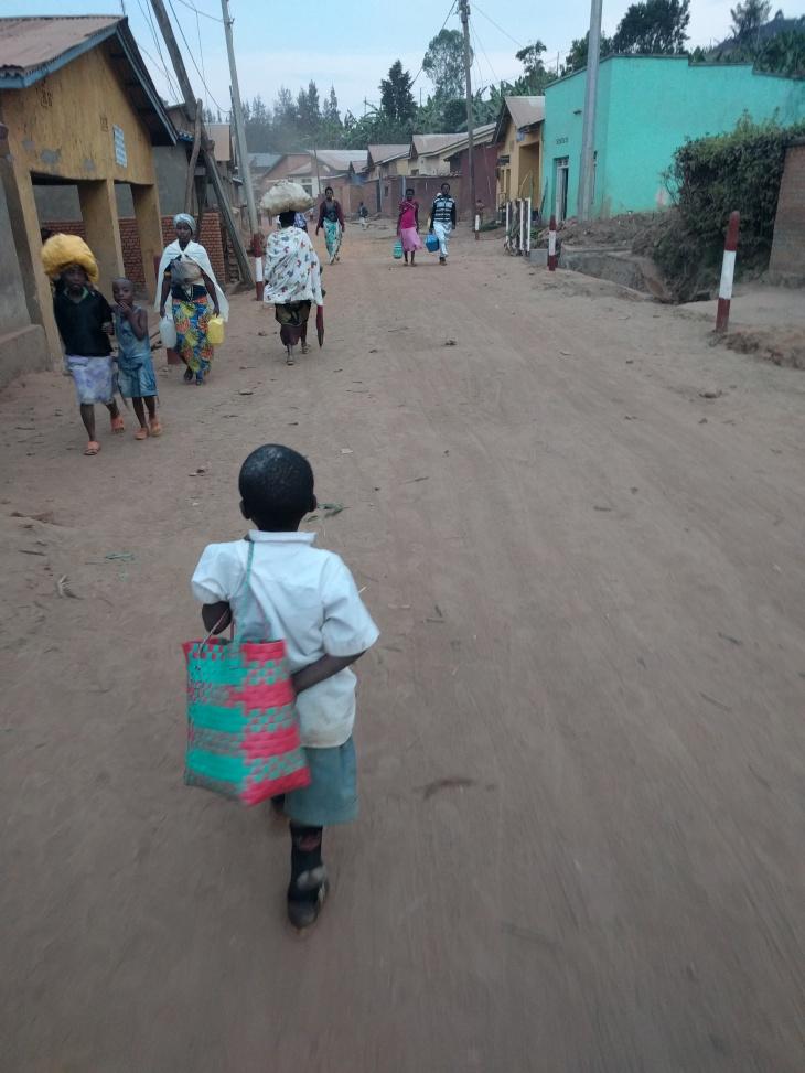 Un niño pasea por el poblado. Las marcas blancas en la cabeza son un símbolo de desnutrición severa