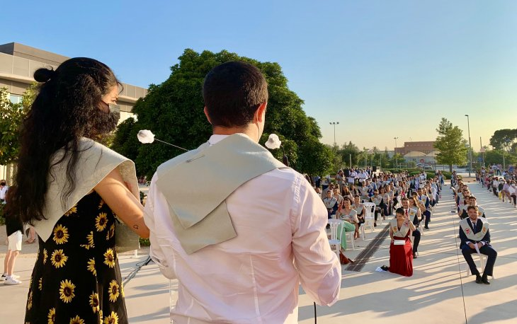 Clàudia Cózar y Ángel Noguera se dirigen a sus compañeros de la 13ª Promoción de Periodismo UMH.